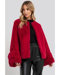 NA-KD Cropped Faux Fur Jacket - Rood