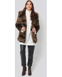 NA-KD Cropped Sleeve Faux Fur Jacket - Bruin