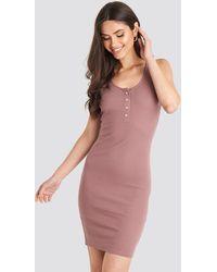 NA-KD Ribbed Buttoned Dress - Roze