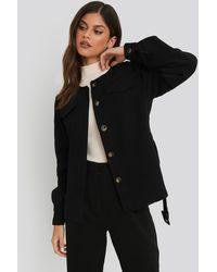 NA-KD Buckle Belted Jacket - Zwart