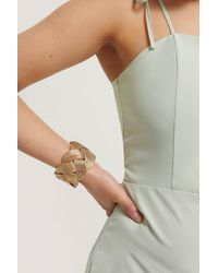 NA-KD Gold Wide Wavy Armcuff - Metallic