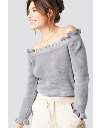 NA-KD Pamela x Ruffle Off Shoulder Knitted Sweater - Grau