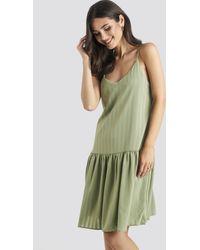 NA-KD Bottom Flounce Striped Dress - Grün