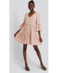 NA-KD V Neck Ruffle Dress - Roze