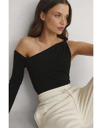 NA-KD Bella Michlo X Off-shoulder Top - Zwart