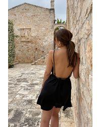 NA-KD Mimi A.R x Robe courte avec design à dos ouvert - Noir
