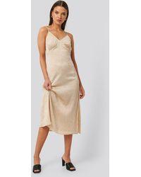NA-KD Trend Satin Wrinkle Dress - Naturel