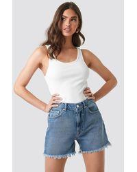 NA-KD High Waist Raw Hem Denim Shorts - Blauw
