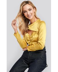 NA-KD Trend Cut Out Satin Long Sleeve Top - Geel