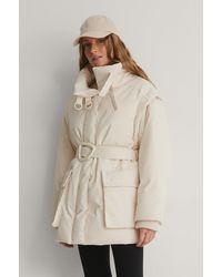 NA-KD Trend Jacke Mit Abnehmbaren Ärmeln Und Gürtel - Weiß