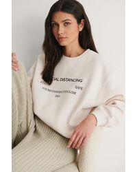 NA-KD Sweatshirt Met Social Distance Print - Naturel