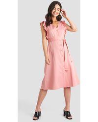 NA-KD Belted V-neck Ruffle Midi Dress - Roze