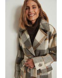 NA-KD Trend Manteau surdimensionné à carreaux avec ceinture - Neutre
