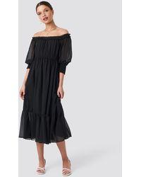 NA-KD Off Shoulder Chiffon Midi Dress - Zwart