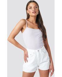 NA-KD Raw Hem High Waist Denim Shorts - Weiß
