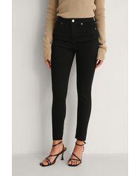 NA-KD Skinny Petite Jeans Met Hoge Taille En Ruwe Zoom - Zwart