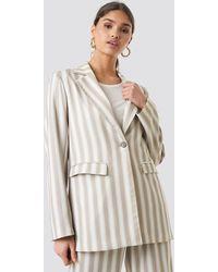 NA-KD Kae Sutherland x Tailored Striped Jacket - Natur