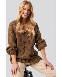 NA-KD Wool Blend V-neck Heavy Knitted Cable Sweater - Bruin