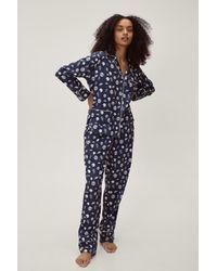 Nasty Gal Recyclé - pyjama en satin chemise & pantalon à imprimé lunes - Bleu