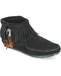 Minnetonka - CONCHO FEATHER SIDE ZIP BOOT femmes Boots en Noir - Lyst