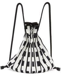 Issey Miyake ホワイト And ブラック Linear Knit バックパック