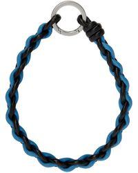 Bottega Veneta Porte-clés en cuir tissé noir et bleu