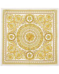 Versace ホワイト シルク Barocco スカーフ - マルチカラー