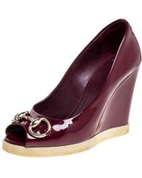 Gucci Burgundy Patent Leather Horsebit Peep Toe Wedge Court Shoes - Purple