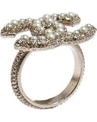 Chanel Cc Pale Gold Tone Crystal And Faux Pearl Embedded Ring Size Eu 51 - Metallic
