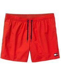 Tommy Hilfiger - Short de bain mi-long à cordon de serrage avec logo sur le côté et drapeau emblématique - Rouge - Lyst