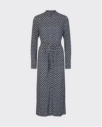 Minimum Robe chemise longue à motifs Brinie Bel et blanche - Bleu