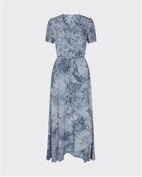 Minimum Robe longue cache-cœur Maiya motif batik bleu marine