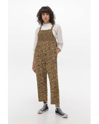 Urban Outfitters UOGesmokter Overall mit Blumenmuster - Mehrfarbig