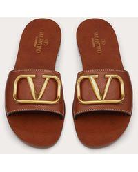 Valentino Garavani Valentino garavani claquettes vlogo signature en cuir de vachette grainé avec accessoire - Marron