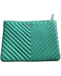 Chanel Bolsa clutch en cuero verde