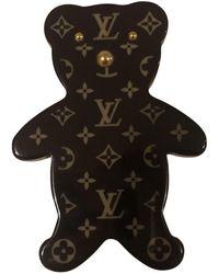 Louis Vuitton Broche en plástico marrón