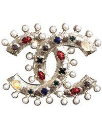 Chanel Broche en metal dorado CC - Metálico