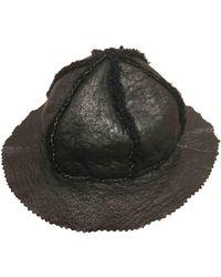 Chanel Sombrero en cuero negro