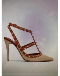 Valentino - Escarpins rafia et cuir Rockstud beige - Lyst