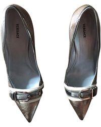 Versace - Escarpins cuir argent - Lyst