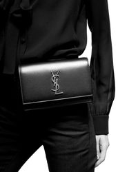 Saint Laurent KATE sac ceinture en cuir brillant embossé crocodile - Noir