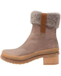 Kentia Boots