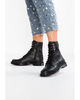 Hastel Lace-up Boots