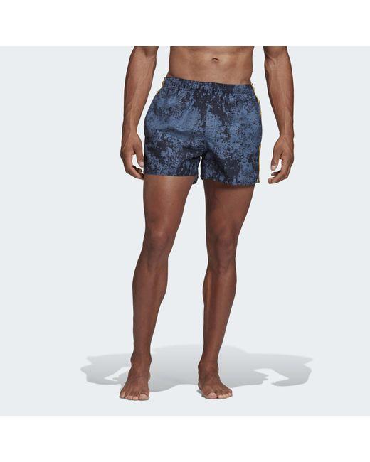 Short de bain 3-Stripes Allover Print Adidas pour homme en coloris Blue