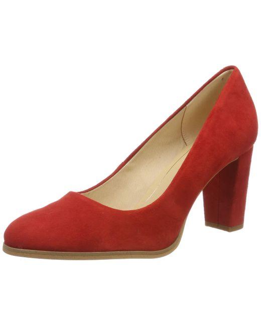 Kaylin Cara di Clarks in Red