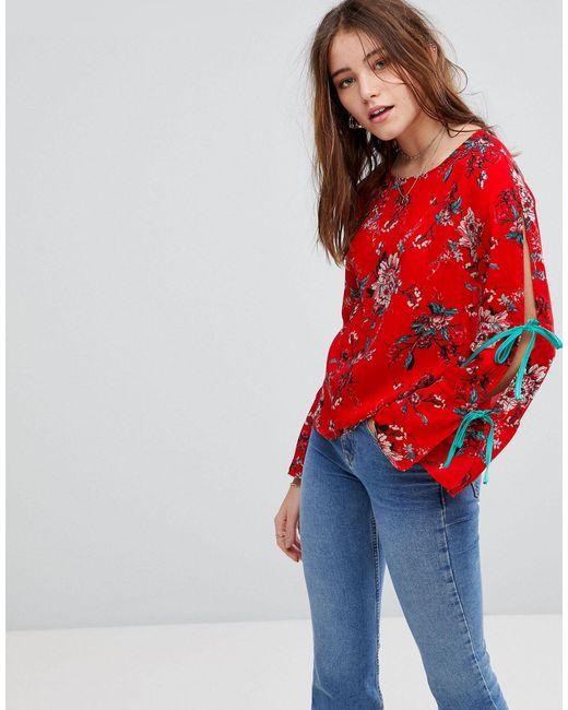 Top à fleurs avec larges rubans à nouer aux manches Glamorous en coloris Red
