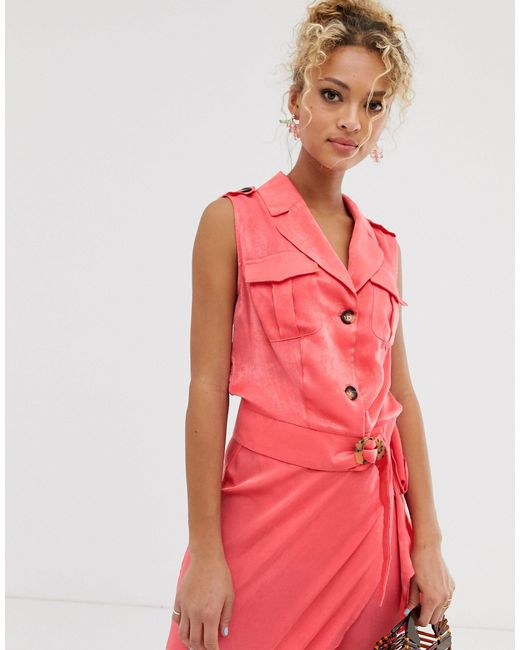Never Fully Dressed Red – Rosa Oberteil im Smoking-Stil mit tiefem Ausschnitt und Knöpfen vorn