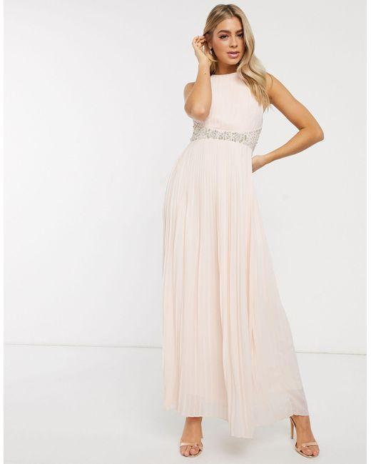 Robe longue plissée pour demoiselle d'honneur à taille ornée TFNC London en coloris Pink