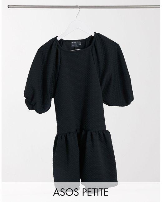 ASOS DESIGN Petite - Vestito grembiule corto trapuntato con girocollo e fondo a peplo nero di ASOS in Black