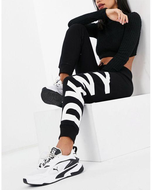 Joggers neri con fondo elasticizzato a coste e logo di DKNY in Black